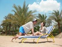 Couples sur une plage Photos libres de droits