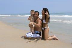 Couples sur une plage Images libres de droits