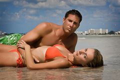 Couples sur une plage Photos stock