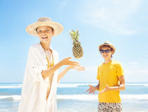 Couples sur une plage Photo libre de droits