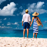 Couples sur une plage chez les Seychelles Photo stock