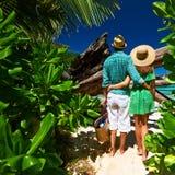Couples sur une plage chez les Seychelles Image libre de droits