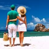 Couples sur une plage chez les Seychelles Images stock