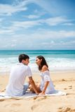 Couples sur une plage tropicale Images libres de droits