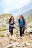 Couples sur une traînée de montagne Images stock