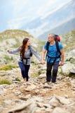 Couples sur une traînée de montagne Images libres de droits