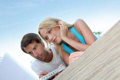 Couples surfant sur l'Internet Photo libre de droits