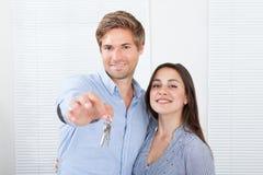 Couples tenant des clés dans la nouvelle maison Images libres de droits