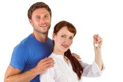 Couples tenant des clés sur la maison Photographie stock libre de droits