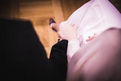 Couples tenant des mains à la cérémonie de mariage Photos libres de droits