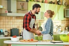 Couples tenant des mains, cuisine Image libre de droits