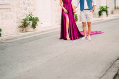 Couples tenant des mains dans la vieille ville Un ménage marié nouvellement dedans Photos stock