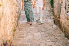 Couples tenant des mains dans la vieille ville Un ménage marié nouvellement dedans Photographie stock