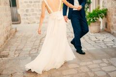 Couples tenant des mains dans la vieille ville Un ménage marié nouvellement dedans Photo stock
