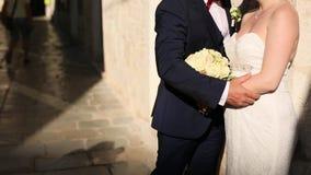 Couples tenant des mains dans la vieille ville Un ménage marié nouvellement dedans banque de vidéos