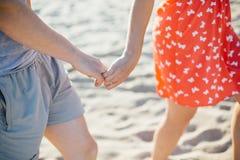 Couples tenant des mains en plage photos stock