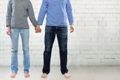 Couples tenant des mains ensemble Images libres de droits