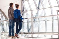 Couples tenant des mains et attendant à l'aéroport Image stock