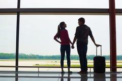 Couples tenant des mains et attendant à l'aéroport Photographie stock libre de droits