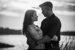 Couples tenant des mains pendant un coucher du soleil étonnant Rebecca 36 Images stock