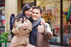 Couples tenant des pouces tandis que Image libre de droits