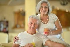 Couples tenant des verres de jus Photos stock