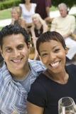 Couples tenant des verres de vin Photo libre de droits