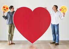 Couples tenant la maquette rouge de coeur images stock