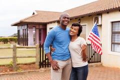 Couples tenant le drapeau des Etats-Unis Photographie stock