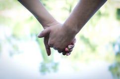 Couples tenant le plan rapproché de mains Image stock