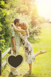 Couples tenant le tableau en forme de coeur Image libre de droits