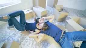 Couples tenant les clés sur l'appartement clips vidéos