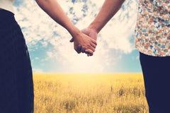 Couples tenant les mains et la belle nature Photo stock
