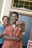 Couples tenant une paire de clés de Chambre Photo libre de droits
