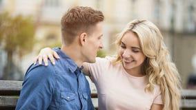 Couples tendres d'étudiant étreignant avec des sourires sur des visages, première histoire d'amour, bonheur Photo stock