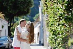 Couples tendres heureux dans la lune de miel dans Positano, côte d'Amalfi, Italie Photos libres de droits
