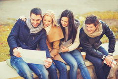 Couples with tourist map in autumn park Royalty Free Stock Photos