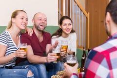 Couples traînant avec de la bière Photographie stock libre de droits