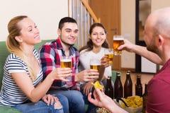 Couples traînant avec de la bière Photo libre de droits