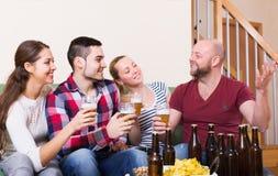 Couples traînant avec de la bière Photographie stock