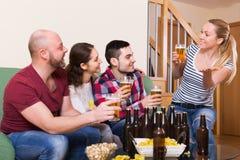 Couples traînant avec de la bière Images libres de droits