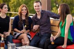 Couples traînant avec des amis Image libre de droits