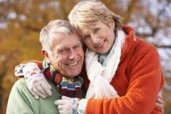 couples étreignant l'aîné de verticale Images stock