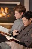 Couples étreignant à la maison Photos libres de droits