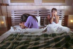 Couples tristes après combat domestique avec pleurer déprimé de femme et ami frustrant s'asseyant sur le lit malheureux dans l'ef Photos libres de droits