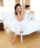 Couples tristes découvrant des résultats d'un essai de grossesse Photos libres de droits