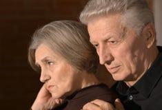 Couples tristes d'aîné à la maison Images libres de droits