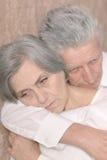 Couples tristes d'aîné à la maison Photo stock
