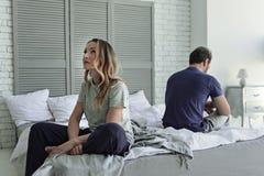 Couples tristes se reposant sur le lit Photographie stock