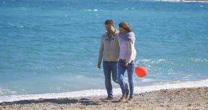 Couples une date marchant près de la mer Images stock
